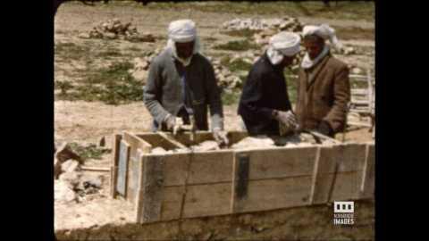 CONSTRUCTION D'UN MUR EN PISE ET PIERRES