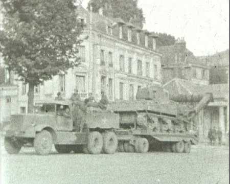 SOLDATS ANGLAIS ET CAMIONS AMERICAINS A ROUEN EN 1944